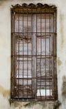 Старая unpainted белизна закрывает в окне за заржаветыми стальными прутами o Стоковое Изображение