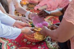 Старейшина подготавливает к комплекту захвата в тайской свадебной церемонии Стоковая Фотография RF