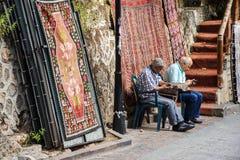 Старики проверяя их мобильные телефоны Стоковое Изображение RF