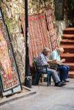 Старики проверяя их мобильные телефоны Стоковые Изображения
