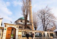 Старики стоя перед мечетью стоковое фото