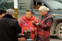 Старики Yaan Китая-4 играя карточки покера на улице Стоковое Изображение