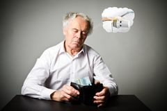 Старик в белизне и бумажник с евро 20 Сезон топления, налоги и сохраняя концепция радиатор стоковые изображения
