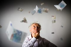 Старик в белизне и евро Стоковые Фото