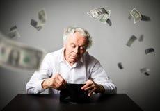 Старик в белом и пустом бумажнике Бухгалтерия и тягла падать стоковое изображение rf