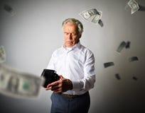 Старик в белом и пустом бумажнике Понижаясь доллары и налоги стоковые изображения rf