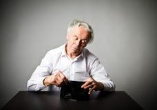 Старик в белом и пустом бумажнике Стоковые Фото
