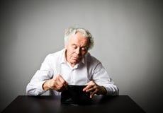 Старик в белом и пустом бумажнике Стоковое Фото