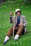 Старик в традиционной шляпе и ручке в его руке Стоковое Изображение RF