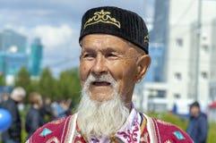 Старик, дед с бородой в Bashkir национальных одеждах стоковая фотография rf