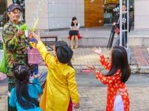Старик, дети играя с палочкой пузыря Стоковые Изображения RF