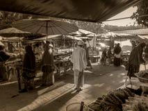 старик идет к мечети стоковая фотография