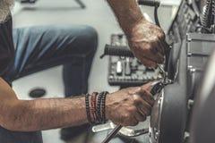 Старик используя ключ для ремонта стоковые изображения rf