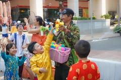 Старик и дети играя с палочкой пузыря Стоковое Фото
