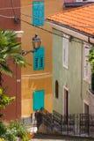 Старик идя вверх по узкой улице стоковые изображения rf
