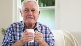 Старик наслаждаясь кофе дома акции видеоматериалы