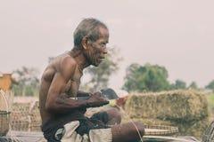 Старик на бамбуковой циновке Стоковые Фотографии RF