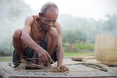 Старик носит бамбуковую корзину Стоковые Фотографии RF