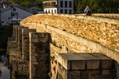 Старик пересекая римский мост стоковое изображение