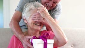 Старик предлагая подарок видеоматериал