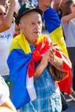 Старик протестуя с другими тысячами протестующих имеет Ра стоковые фотографии rf