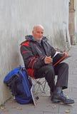Старик рисует что-то внешнее в Кракове, Польше Стоковое Изображение