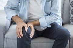Старик страдая от боли колена Стоковые Изображения RF
