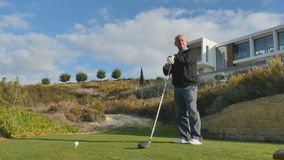 Старик с гольф-клубом на поле для гольфа видеоматериал