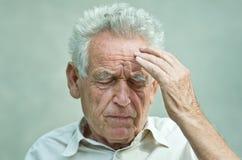 Старик с головной болью Стоковое Фото