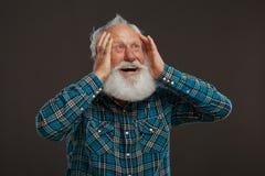 Старик с длинной бородой с большой улыбкой стоковые изображения rf
