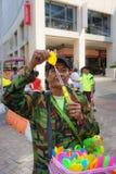 Старик с палочкой пузыря Стоковая Фотография RF