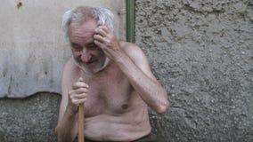 Старик с тросточкой сидя на улице сток-видео