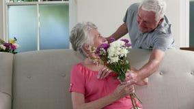Старик удивительно его жена с подарками акции видеоматериалы