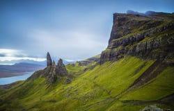 Старик Storr, шотландские гористые местности в пасмурном утре, Шотландия, Великобритания Стоковое Фото