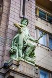 Старинное здание с скульптурой на стене Стоковая Фотография RF