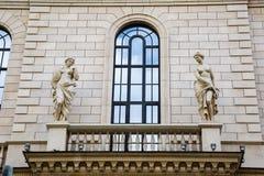 Старинное здание с скульптурой на стене Стоковые Фотографии RF
