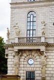 Старинное здание с скульптурой на стене Стоковое Фото