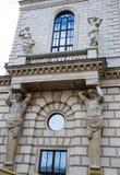 Старинное здание с скульптурой на стене Стоковая Фотография