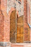 Старинные ворота с сводом в стене сделанной кирпича и s Стоковые Изображения