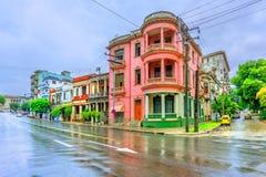 Старинные здания в улице кубинца Гаваны в полдень после Ра стоковое фото