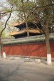 Старинные здания и красная стена Стоковое фото RF