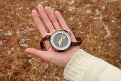 Старинный компас на женской руке Стоковое Изображение