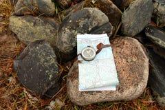 Старинный компас на карте Стоковое Изображение RF