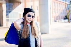 10 старого лет ребенка девушки на покупках в городе Стоковое фото RF