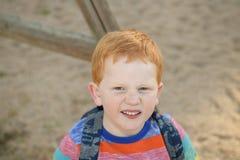 5 старого redheaded счастливого лет портрета мальчика Он смотрит камеру стоковое фото rf