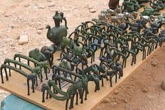 Стародедовские сувениры на торговой таблице Стоковая Фотография