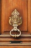 стародедовский высеканный тип knocker двери стоковое изображение rf