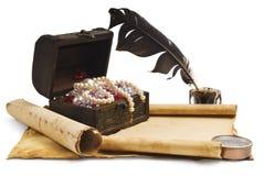 Стародедовский комод с бумагой Стоковое фото RF