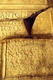 стародедовский сломанный камень латыни надписи стоковое изображение