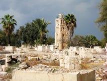 Старое арабское кладбище с старой башней на заднем плане Стоковые Фото